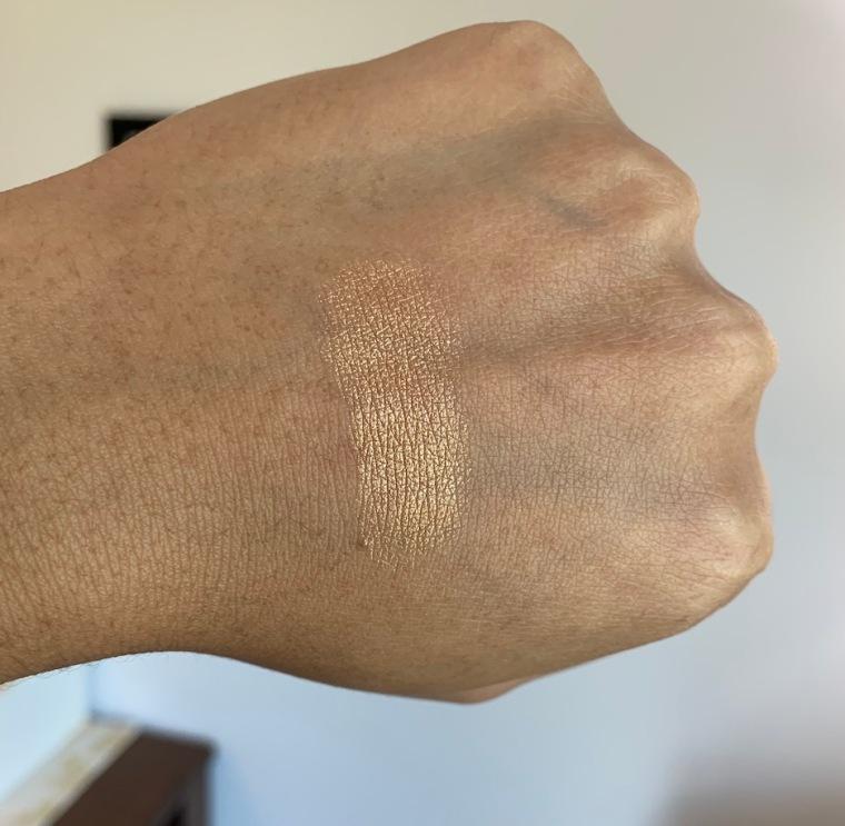Mac La Reina Extra Dimension Skinfinish in La Leyenda Swatch on dark skin
